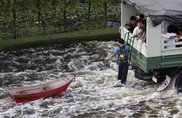 Flucht vor dem Hochwasser in Bangkok