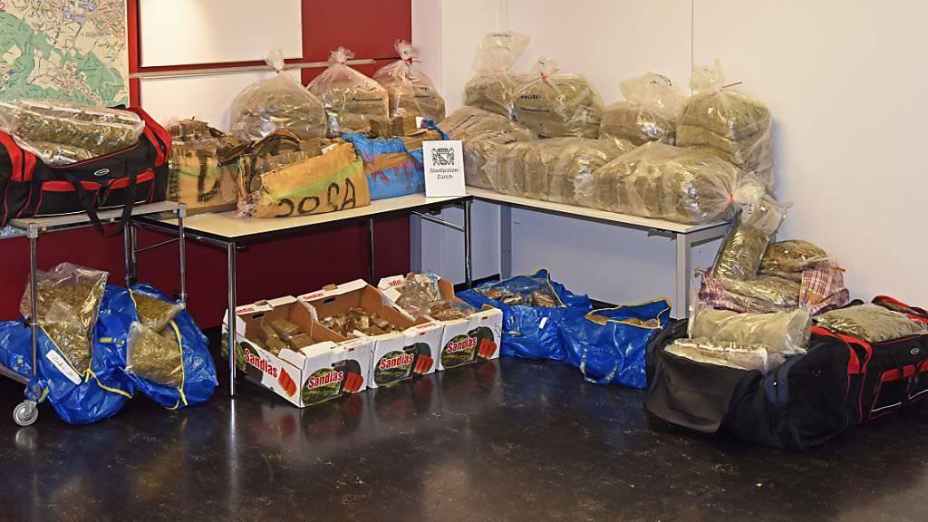 Die Stadtpolizei Zürich entdeckte 331 Kilogramm Cannabisprodukte mit einem Verkaufswert von über 1,5 Millionen Franken. Der Grossteil davon war in zwei Autos versteckt.