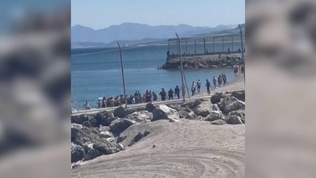 Mindestens 5000 Migranten schwimmen  von Marokko nach Ceuta