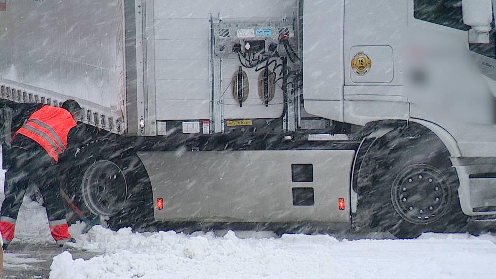 Schneebedeckte Strassen im Flachland