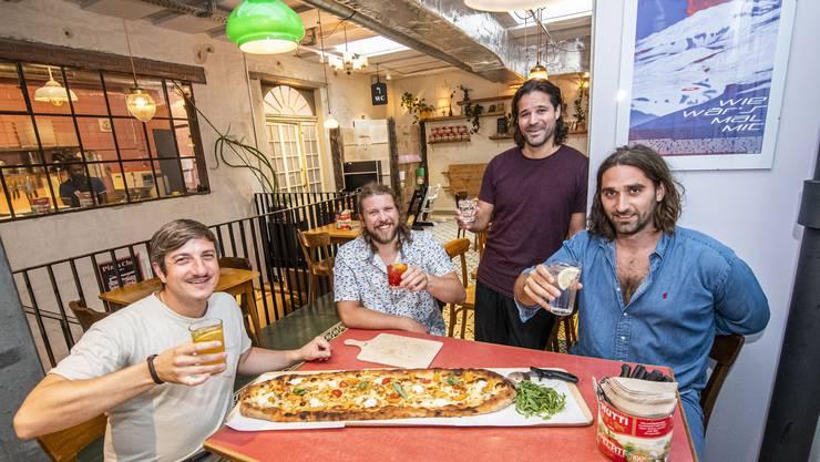 Fröhliche Basler Pizza-Revoluzzer mit Sinn fürs Gute: Die vier «Vito»-Betreiber Lukas Riesen, Francesco Ruinelli, Philippe Hersberger und Kristopher Wiegand (von links).