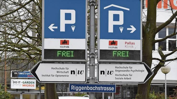 Das Einkaufszentrum Sälipark hat bereits heute Anzeigetafeln, die den Autofahrer auf die Auslastung hinweisen.
