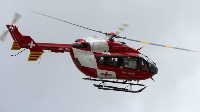 Ein Helikopter der Rega flog den schwerverletzten Mann ins Spital.