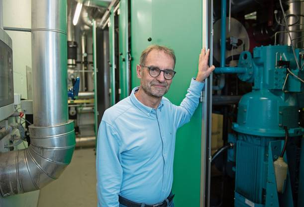 Energiespezialist Stephan Kämpfen vom Departement Bau Verkehr und Umwelt (BVU) im Heizungskeller des BVU in Aarau. Darin ist seit 22 Jahren eine Wärmepumpe in Betrieb.