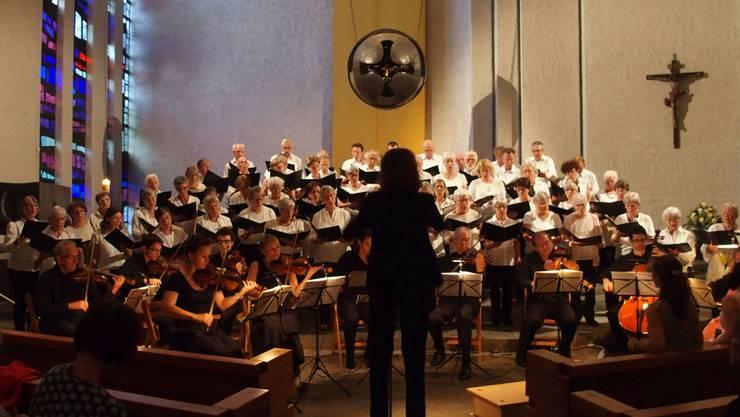 Unter der Leitung von Veronika Kühnis bieten Chor, Orchester, Solistinnen und Organist eine eindrückliche Aufführung.