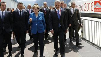 Aussenminister Didier Burkhalter, hier an der Seite der deutschen Kanzlerin Angela Merkel, hat sich bei der Eröffnung des Gotthard-Basistunnels den Fuss verstaucht.