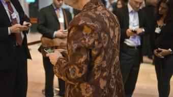 Teilnehmer des 41. Jahrestreffens des WEF in Davos kommunizieren während der Pause mit der Aussenwelt (Symbolbild)