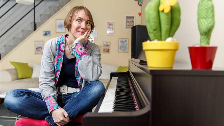 Petra Gfeller in ihrer Wohnstube, die mit dem Klavier auch gleich ihr Probenraum ist.