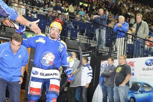 ZSC-Captain Matthias Seger betritt als erster Zürcher das Eis in dieser Saison