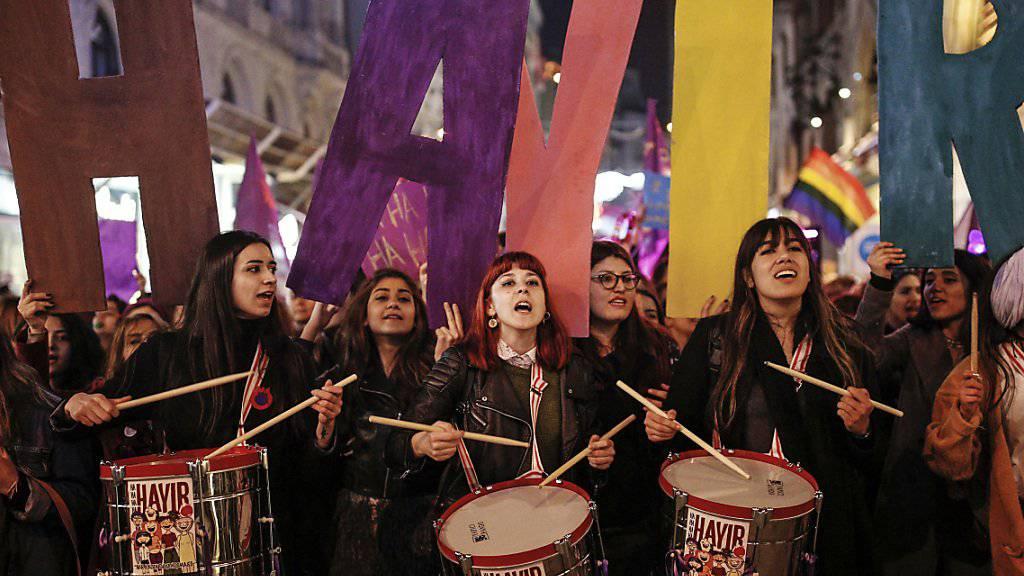 Frauen in Istanbul gehen anlässlich des Internationalen Frauentags auf die Strasse.