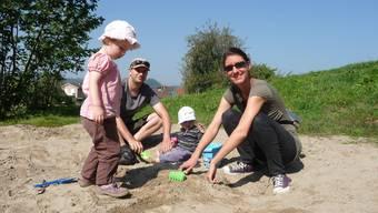 SP-Einwohnnerrat Patrick Neuenschwander mit Sohn Nils sowie Simone Auderset Stutz mit Tochter Lina auf dem Spielplatz Rebhalden.