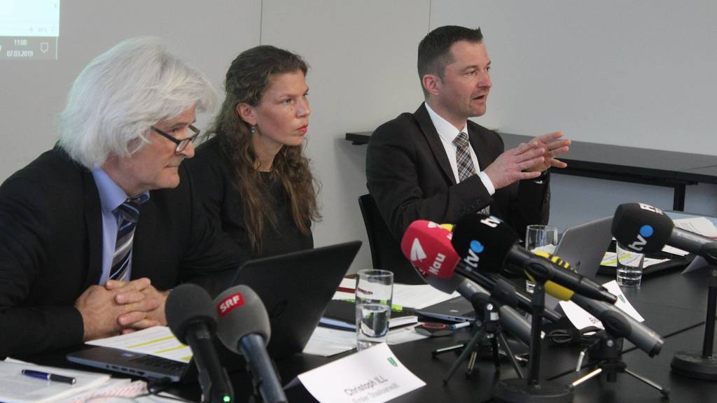 Oberster Staatsanwalt Christoph Ill, Sprecherin der Staatsanwaltschaft Beatrice Giger und Stefan Kühne, Leiter der Kriminalpolizei nehmen vor den Medien Stellung zu den vermeintlich neuen Fakten im Fall Ylenia.