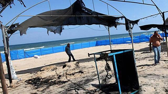 Blick auf abgebrannte Zelte im Gazastreifen