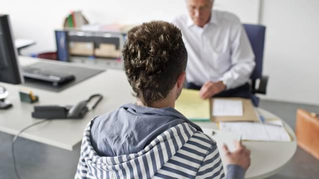Beratungsgespräch für einen jungen Arbeitsuchenden (Archiv/Symbolbild)