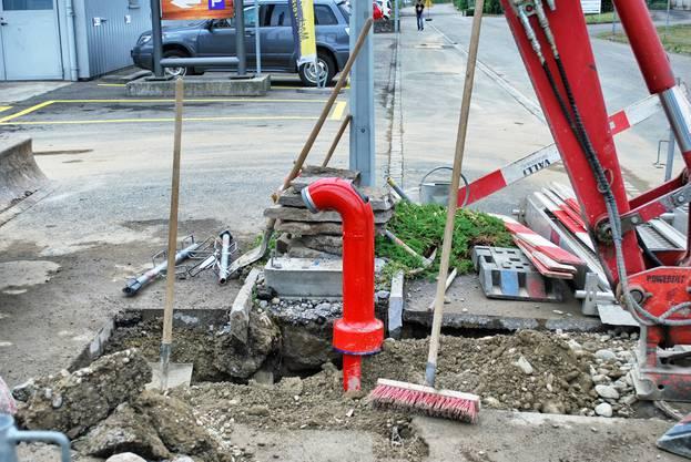 ... bereits ein neuer, roter Hydrant angebracht.