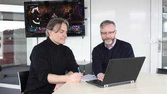 Beat Wyss (links) und Volker Böckmann beraten die weitere Behandlung eines gemeinsamen Patienten, der abhängig ist von Computerspielen – Betroffene haben die Kontrolle darüber verloren, wie lange oder wie oft sie spielen. zvg