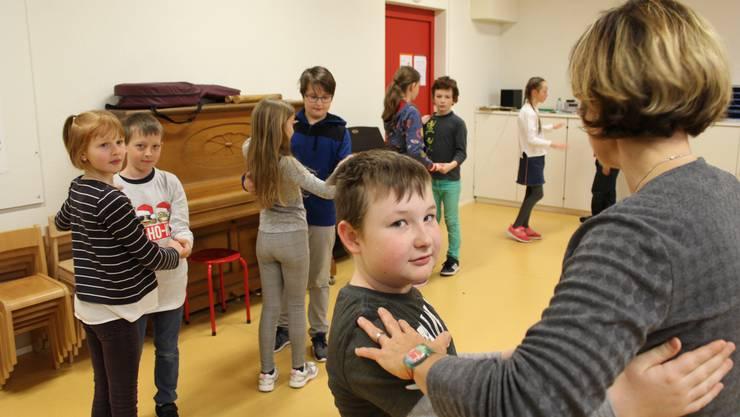 Flink bewegen sich die Schülerinnen und Schüler im Kreis und tauschen nach wenigen Drehungen geschickt den Partner.