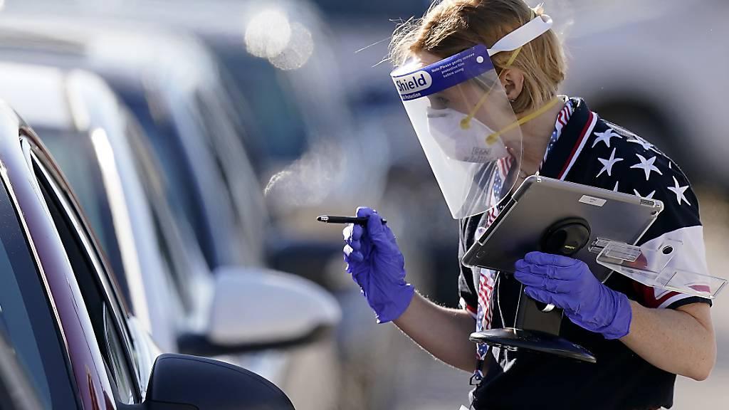 In einem Drive-Through-Wahllokal in Kansas City durften Menschen, die positiv auf das Coronavirus getestet wurden, ihre Stimme abgeben. Foto: Charlie Riedel/AP/dpa