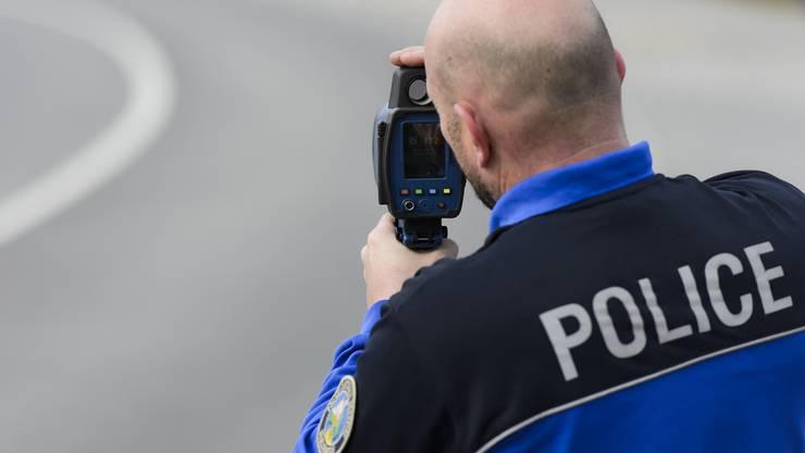 Das Fahrverbot zum Gebenstorfer Reussbädli soll endlich durchgesetzt werden. Neu werden alle bei der Gemeinde nicht registrierten Fahrzeuge fotografisch erfasst. (Symboldbild)
