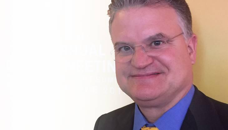 Der Basler Charles E. Schlumberger ist bei der Weltbank in Washington DC als Lead Air Transport Specialist für den Bereich Luftverkehr zuständig. In dieser Funktion bestimmt er die Entwicklungspolitik der Weltbank in der Luftfahrt und ist für deren technische Projekte verantwortlich, was von Infrastrukturfinanzierung, AirlineRestrukturierung oder Privatisierung, Safety- und Security-Programme, bis zur Luftfahrtpolitik in Entwicklungs-ländern reicht. Bis 1998 war Schlumberger Vizedirektor bei der UBS AG in Zürich. Er schloss 1986 mit einem Lizenziat der Rechtswissenschaften an der Universität Basel ab. Anschliessend erwarb er ein MBA der Harvard Business School in Boston, USA, und doktorierte am Institute of Air and Space Law der McGill University in Montreal, Kanada.