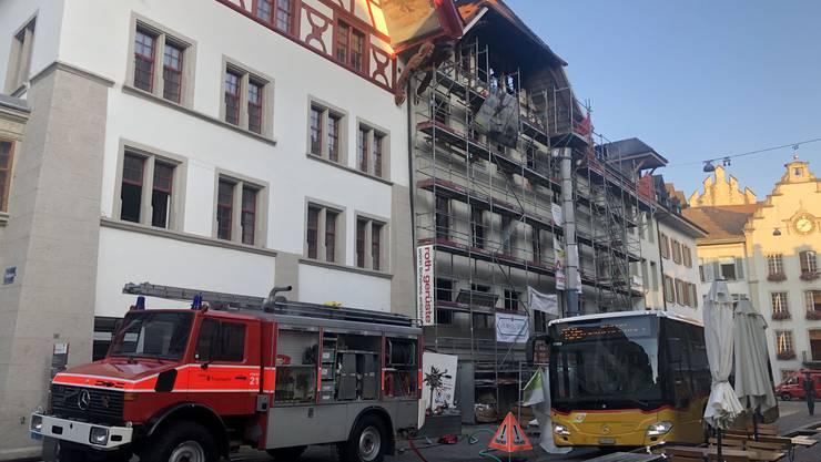Der Tag danach: Die Feuerwehr ist weiterhin im Einsatz, die Rathausgasse wurde wieder geöffnet.