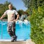 Hat als einer der wenigen Badmeister in der Region noch zu tun – wenn auch nicht mehr sehr viel, wie dieses Bild zeigt: Jörg Müller, Badmeister im Schwimmbad Nussbaumen, das noch bis Ende Monat geöffnet hat. Bild: Chris Iseli