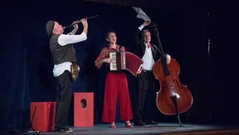Sie besangen im Üdiker-Huus die alltäglichen Liebeswirren: Daniel Schneider (Klarinette), Cornelia Montani (Akkordeon, Gesang) und Christoph Elsaesser (Kontrabass) von «Lili Pastis Passepartout».