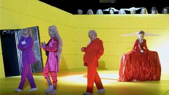 Geistesgestörtes findet sich auch in Dürrenmatts Komödie «Die Physiker» (hier eine Aufnahme aus dem Zürcher Schauspielhaus): Irrenhaus-Chefärztin Zahnd, und die drei Physiker Möbius, Newton und Einstein (v.l.).walter bieri/KEY