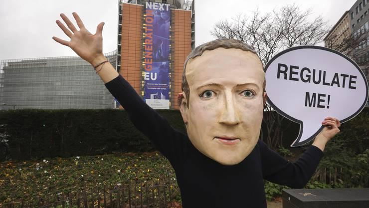 Ein als Mark Zuckerberg verkleideter Demonstrant. Brüssel, 15,. Dezember 2020.