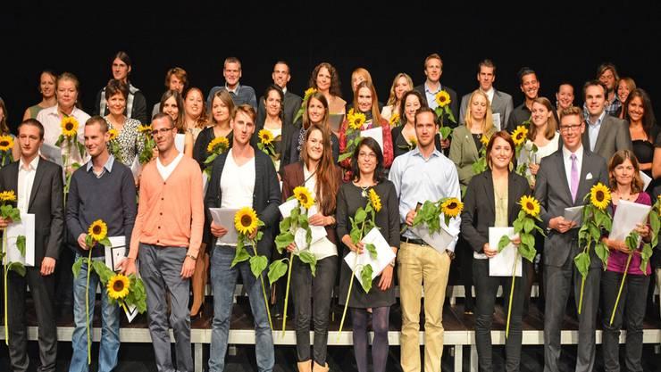 Sie halten ihr Diplom in den Händen: Die 51 Bachelor- und 8 Master-Absolventen.bruno kissling