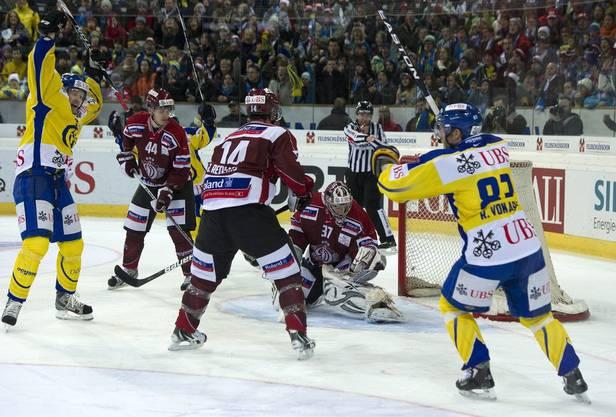 Davoser Petr Taticek links und Reto von Arx feiern das zweite Goal