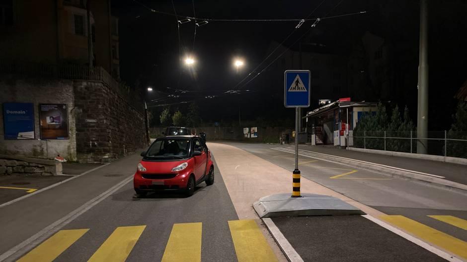 Lenker parkiert mitten auf Strasse und schläft hinter Steuer ein