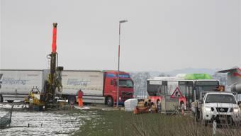 Mit der knapp neun Meter hohen Maschine (links) werden am Flughafen Sondierbohrungen ausgeführt. fup