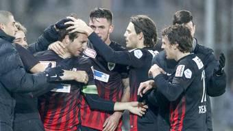 FCA-Captain Sandro Burki (3. v. l.) wird nach seinem Tor gegen Le Mont gefeiert.