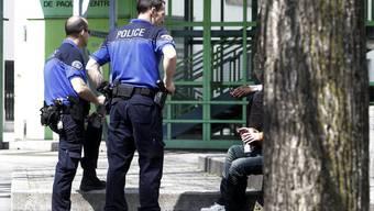 Polizisten bei einer Personenkontrolle (Archiv)