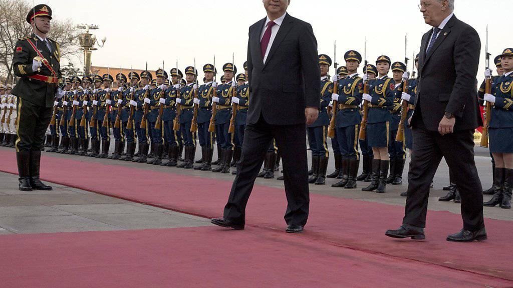 Bundespräsident Johann Schneider-Ammann mit dem chinesischen Präsidenten Xi Jinping an der Willkommens-Zeremonie in Peking.