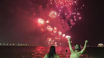 Silvester an der Copacabana: Von elf Flössen aus wurde das Feuerwerk in Rio de Janeiro gezündet. Rund zwei Millionen Menschen feierten in der brasilianischen Grossstadt.