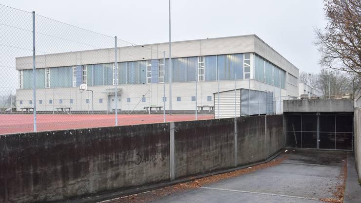 Das ehemalige Militärspital befindet sich unterhalb der Kreisschule Mittelgösgen - im Bild der Eingang zu der unterirdischen Anlage. (Archivbild)