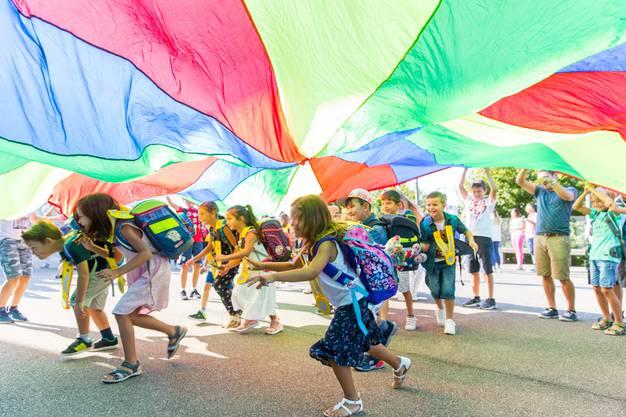 Farbenfroher Empfang: Die 20 Erstklässlerinnen und Erstklässler werden von den Schülern der Primarschule Letten feierlich empfangen.