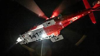 Mitten in der Nacht musste ein Helikopter der Rega zwei junge Tessiner nach einem Absturz in den Bergen retten. (Symbolbild)