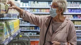 Die Maskenpflicht in den Läden gilt einen weiteren Monat.