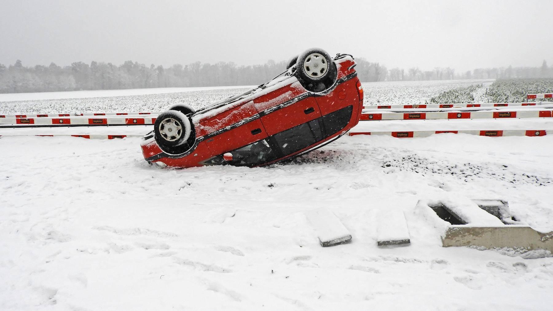 Der rote Wagen landete bei Willisdorf nach dem Ausweichmanöver auf dem Dach.