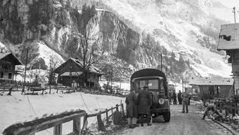 Rettungskräfte in Mitholz nach den Explosionen im Kandertal Dezember 1947 im Munitionsstollen (im Hintergrund).