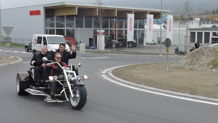 Stephan Attiger (l.) und Adrian Baumgartner umfahren auf dem Trike den Kreisel