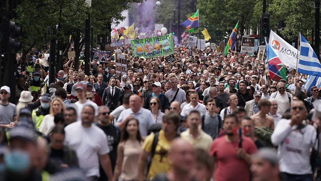 Demonstranten fordern bei einem Protest auf der Oxford Street in London ein Ende der Maßnahmen zur Eindämmung der Corona-Pandemie und des Lockdowns. Foto: Aaron Chown/PA Wire/dpa