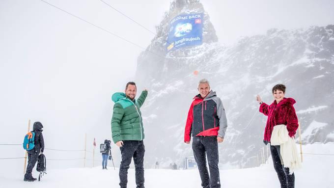 Jungfraubahnen-Direktor Urs Kessler (Mitte) feiert die Wiedereröffnung des Jungfraujochs am Samstag mit Marc Trauffer und Francine Jordi.