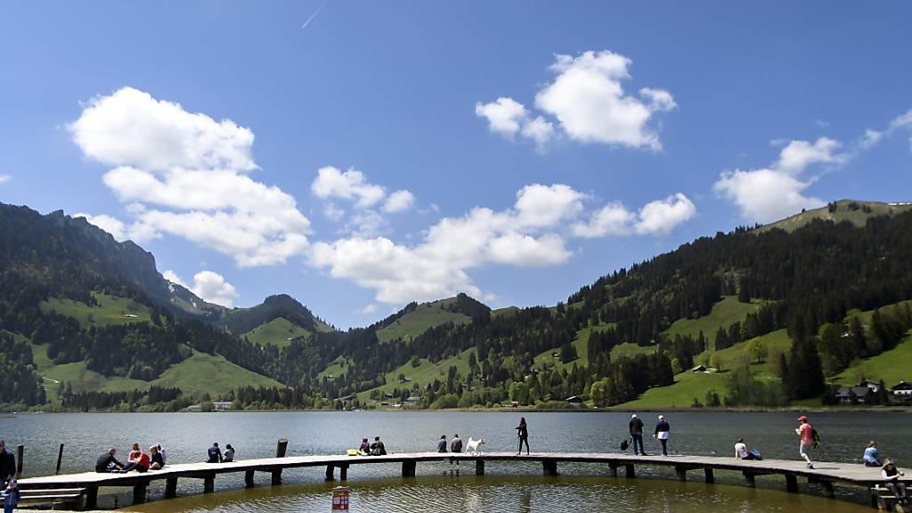 Gleitschirmflieger stürzt im freiburgischen Schwarzsee auf Kirche