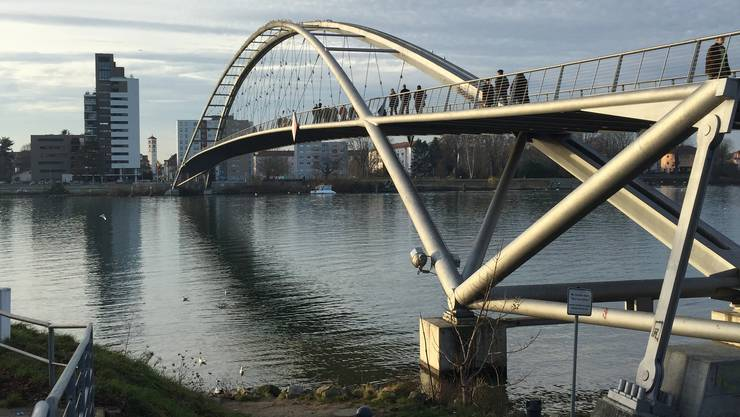 Hier passierte der Badeunfall: Bei der Dreiländerbrücke wollte der Mann vom französischen zum deutschen Ufer schwimmen und ging plötzlich unter.