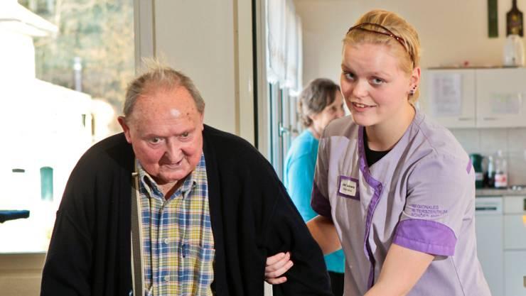 Tamara Jost (FaGe, 3. Lj.) trainiert mit Hans Müller, 91.  Peter Siegrist