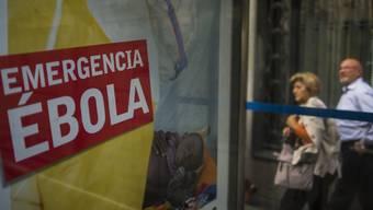 Poster in Madrid mit Spendenaufruf für Kampf gegen Ebola in Afrika